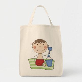 Muchacho del palillo en las camisetas y los regalo bolsa tela para la compra