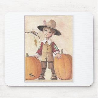 muchacho del peregrino con las calabazas mousepads
