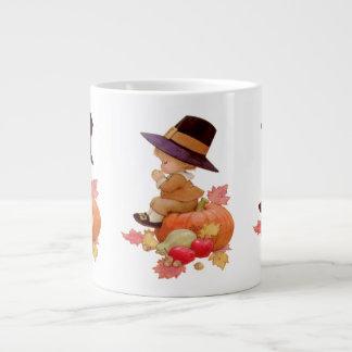 Muchacho del peregrino del vintage que ruega en la taza de café gigante