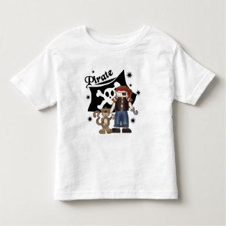 Muchacho del pirata con las camisetas y los remeras