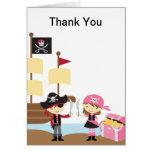 Muchacho del pirata y tarjeta de nota rosada del c
