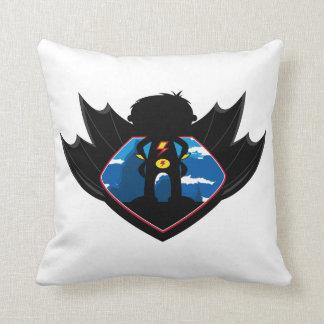 Muchacho del super héroe en escudo con alas cojin