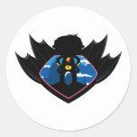 Muchacho del super héroe en escudo con alas pegatina redonda
