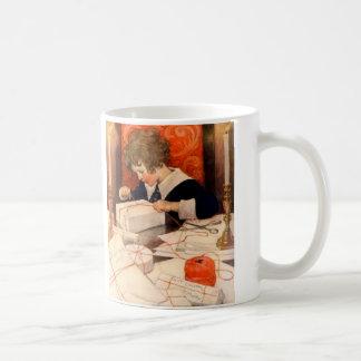 Muchacho del vintage que envuelve los regalos taza clásica