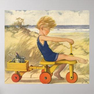 Muchacho del vintage que juega en la playa con los póster