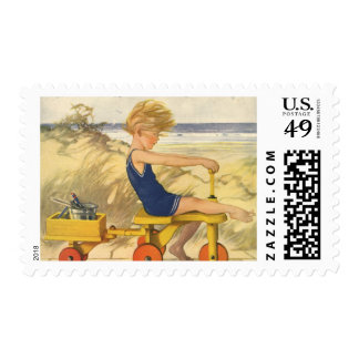 Muchacho del vintage que juega en la playa con los sello