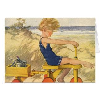 Muchacho del vintage que juega en la playa con los tarjeta