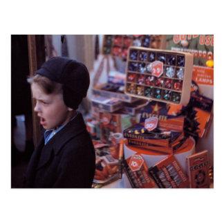 Muchacho delante de la exhibición temprana del postales