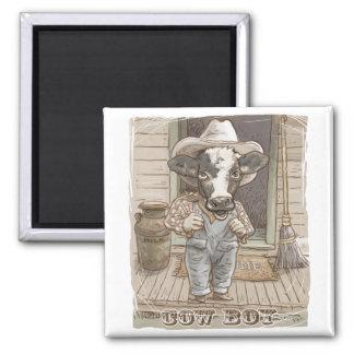 Muchacho divertido de la vaca por los estudios de  iman