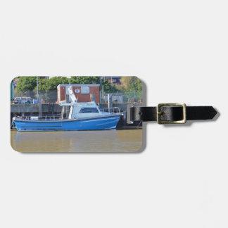 Muchacho Ellis del barco del mar que pesca con Etiquetas De Maletas