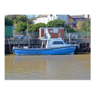 Muchacho Ellis del barco del mar que pesca con Postales