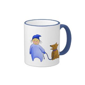 Muchacho en azul con el perro taza
