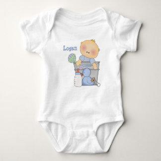 Muchacho en enredadera del niño del cubo camisas