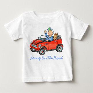 Muchacho en enredadera roja del bebé del coche del t-shirts