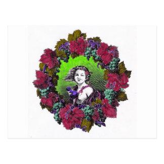 Muchacho en guirnalda de la uva, uvas verdes y postal