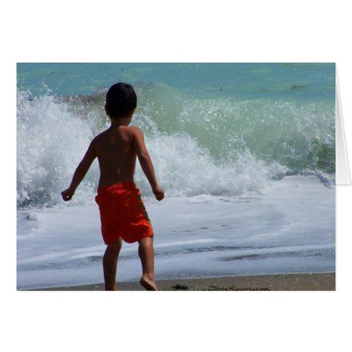 muchacho en la playa que juega en agua tarjeta pequeña