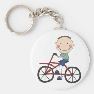 Muchacho en las camisetas y los regalos de la bici llaveros personalizados