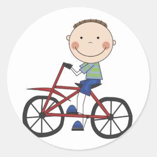 Muchacho en las camisetas y los regalos de la bici etiquetas redondas
