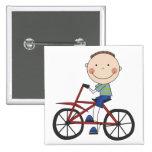 Muchacho en las camisetas y los regalos de la bici pins