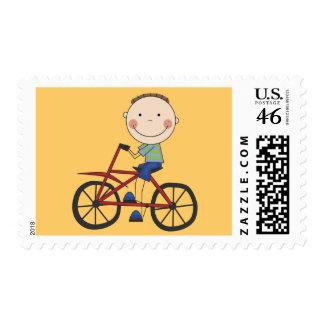Muchacho en las camisetas y los regalos de la bici