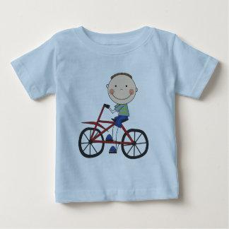 Muchacho en las camisetas y los regalos de la