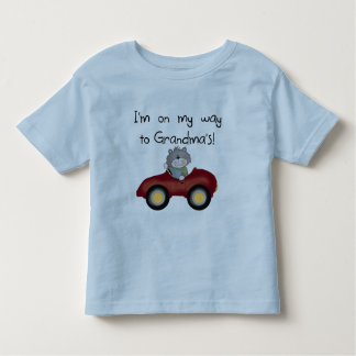 Muchacho en manera a las camisetas y a los regalos remeras