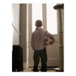 Muchacho en salón con el balón de fútbol postales