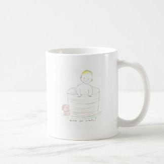 Muchacho en tina taza de café