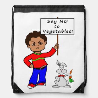 muchacho enojado del dibujo animado con la muestra mochilas