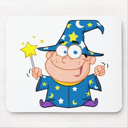 Muchacho feliz del mago que agita con la vara mági tapete de ratón