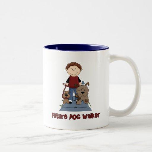 Muchacho futuro del caminante del perro taza de café