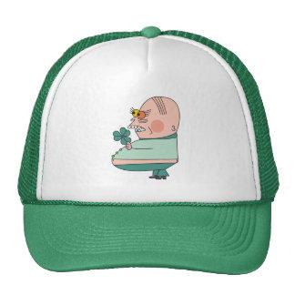 Muchacho gordo divertido con los gorras del verde