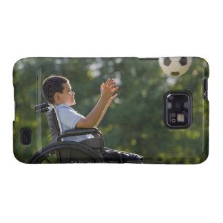 Muchacho hispánico, 8, en silla de ruedas con el b samsung galaxy s2 fundas