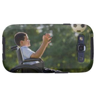 Muchacho hispánico, 8, en silla de ruedas con el b galaxy s3 carcasa