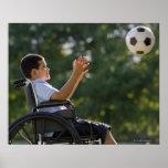 Muchacho hispánico, 8, en silla de ruedas con el póster