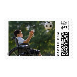 Muchacho hispánico, 8, en silla de ruedas con el sellos