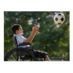 Muchacho hispánico, 8, en silla de ruedas con el tarjetas postales