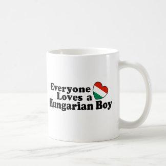Muchacho húngaro taza de café