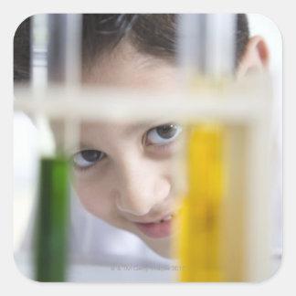 Muchacho joven en la clase de la ciencia de la quí calcomanías cuadradases