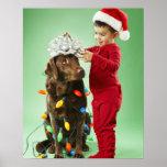 Muchacho joven que envuelve luces de navidad alred impresiones
