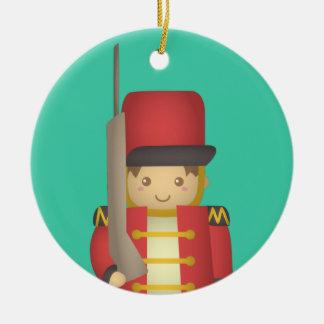 Muchacho lindo del soldado de juguete del navidad adorno redondo de cerámica