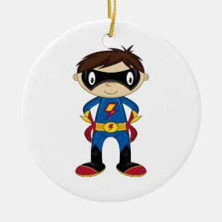 Muchacho lindo del super héroe adorno navideño redondo de cerámica