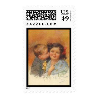 Muchacho lindo del vintage que roba un beso en la sello