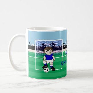 Muchacho lindo personalizado del fútbol taza clásica