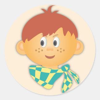 Muchacho pecoso con una bufanda pegatina redonda