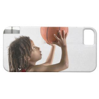 Muchacho que apunta un tiro con un baloncesto en funda para iPhone SE/5/5s