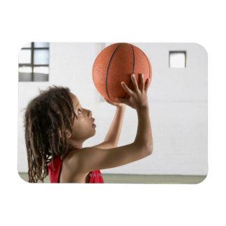 Muchacho que apunta un tiro con un baloncesto en imanes de vinilo