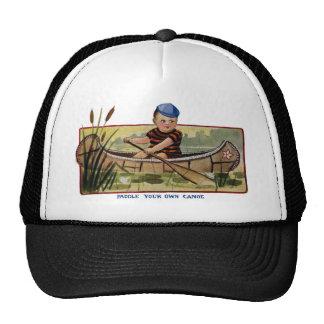 Muchacho que bate la canoa a través de vintage de  gorras