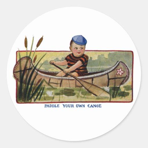 Muchacho que bate la canoa a través de vintage de pegatina redonda