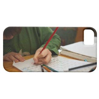 Muchacho que concentra en la preparación de la iPhone 5 carcasas